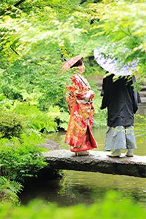 壮厳な公園にいる和装姿のカップル